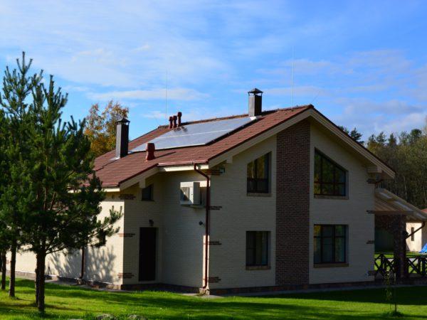 Загородный дом из газобетона. Солнечные панели на крыше.