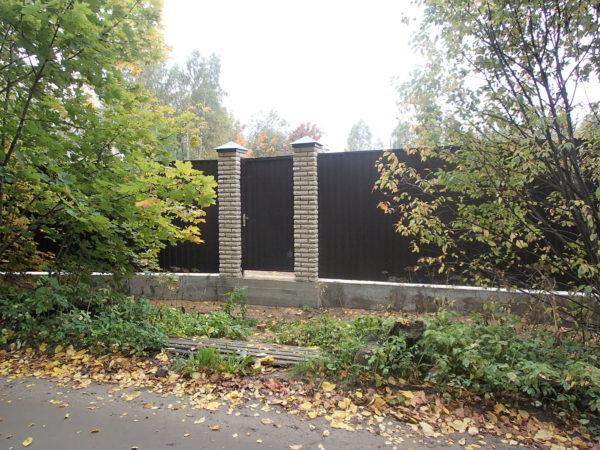 Фундамент под забор: ворота профнастил